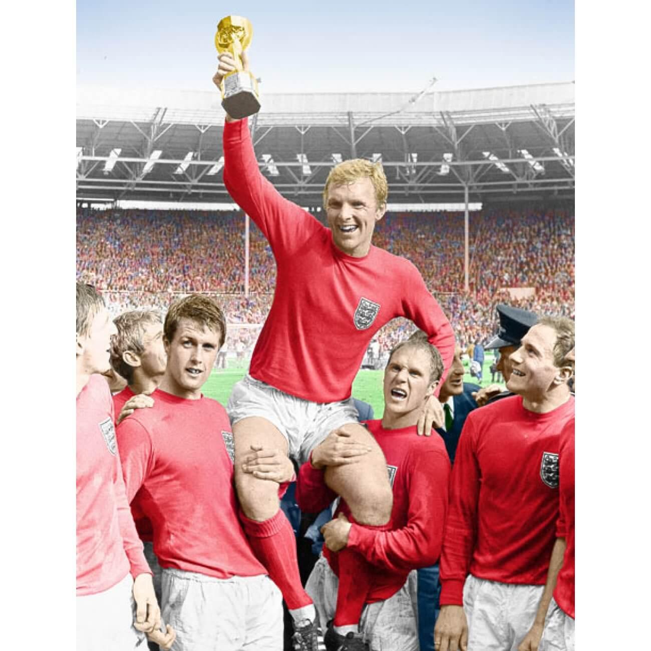 Bobby Moore reckt 1966 den Weltmeisterschafts-Pokal in den Himmel