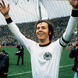 Franz Beckenbauer feiert den WM-Titel 1974